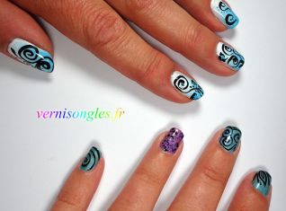 nail art arabesques bleues