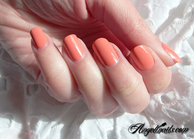 Essie-Tart-Deco-vernis-à-ongles-orange-abricot-1